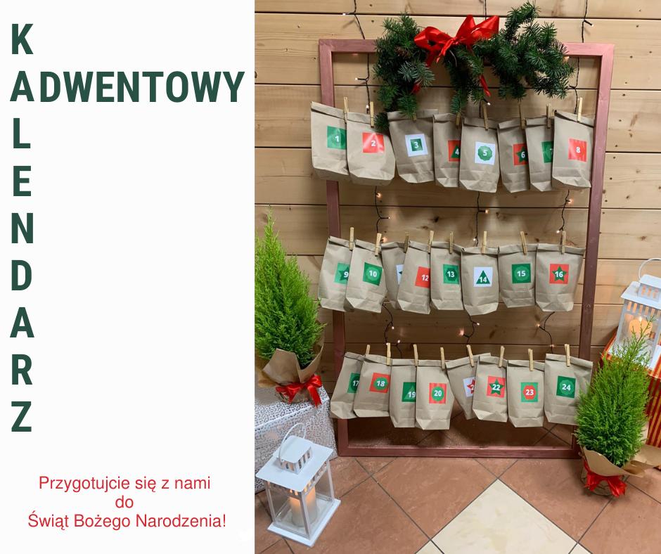 Na zdjęciu są papierowe torebki symbolizujące dni w kalendarzu, dwa cyprysiki oraz laterenka