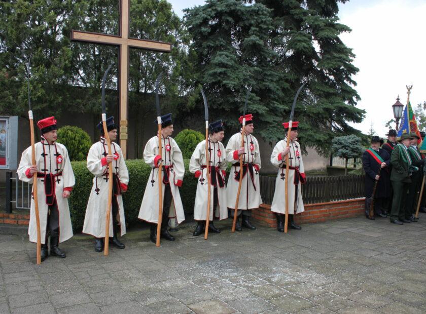 Zdjęcie przedstawia grupę kosynierów