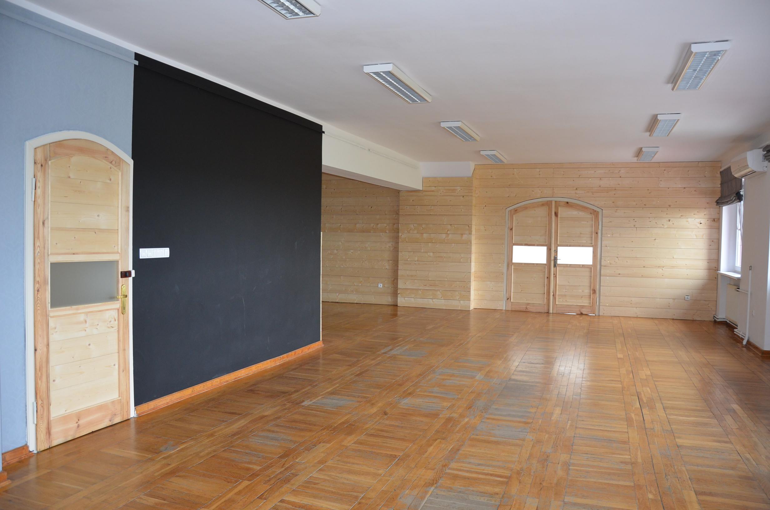 Zdjęcie przedstawia salę w Cenrum kultury