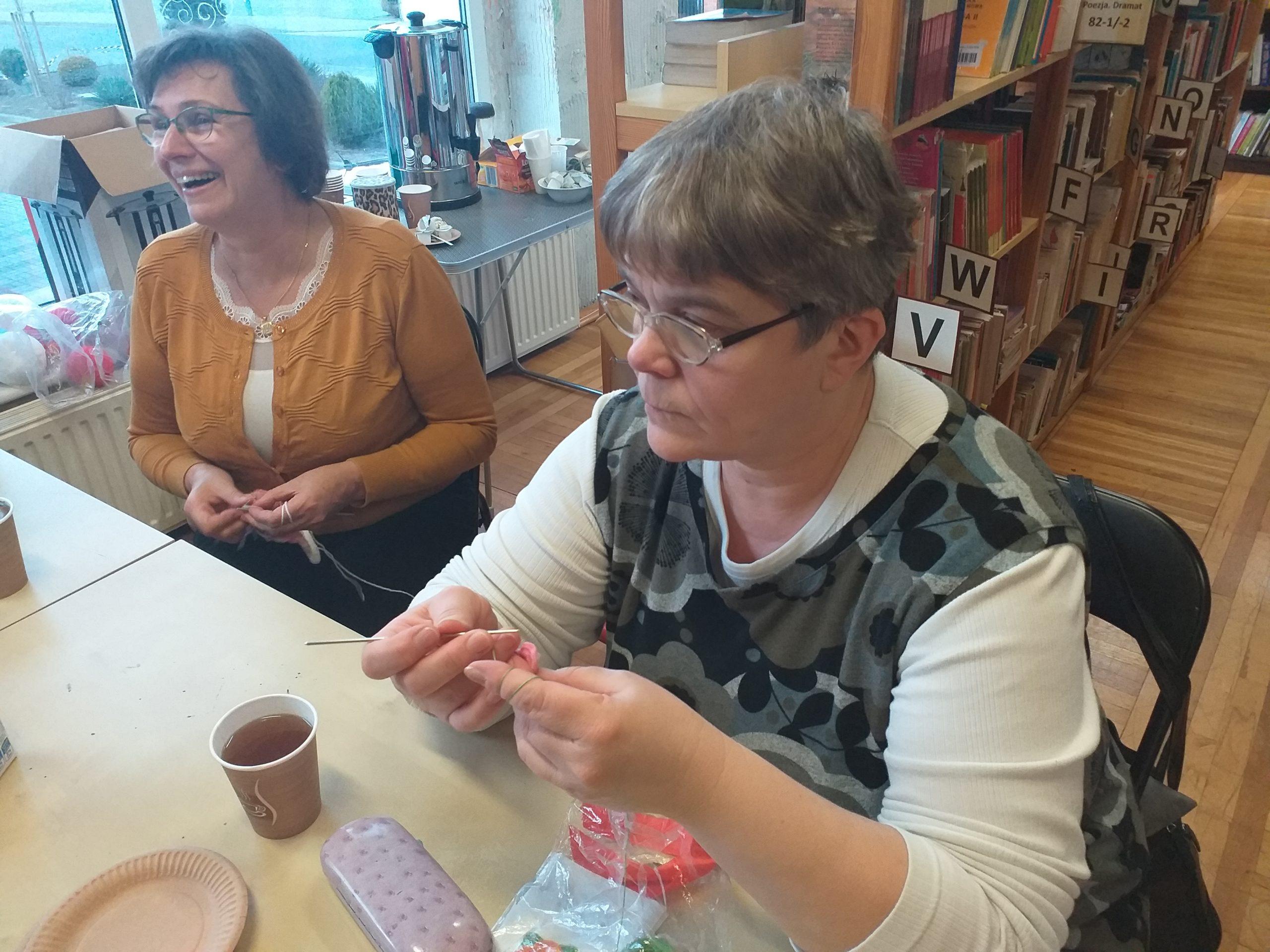 Zdjecie przedstawia członków z klubu robótek ręcznych podczas prac