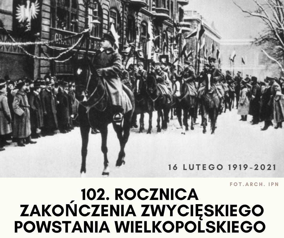 Na obrazku znajdują się powstańcy wielkopolscy jadący na koniach przez Poznań, obserwowani przez tłum ludzu  na