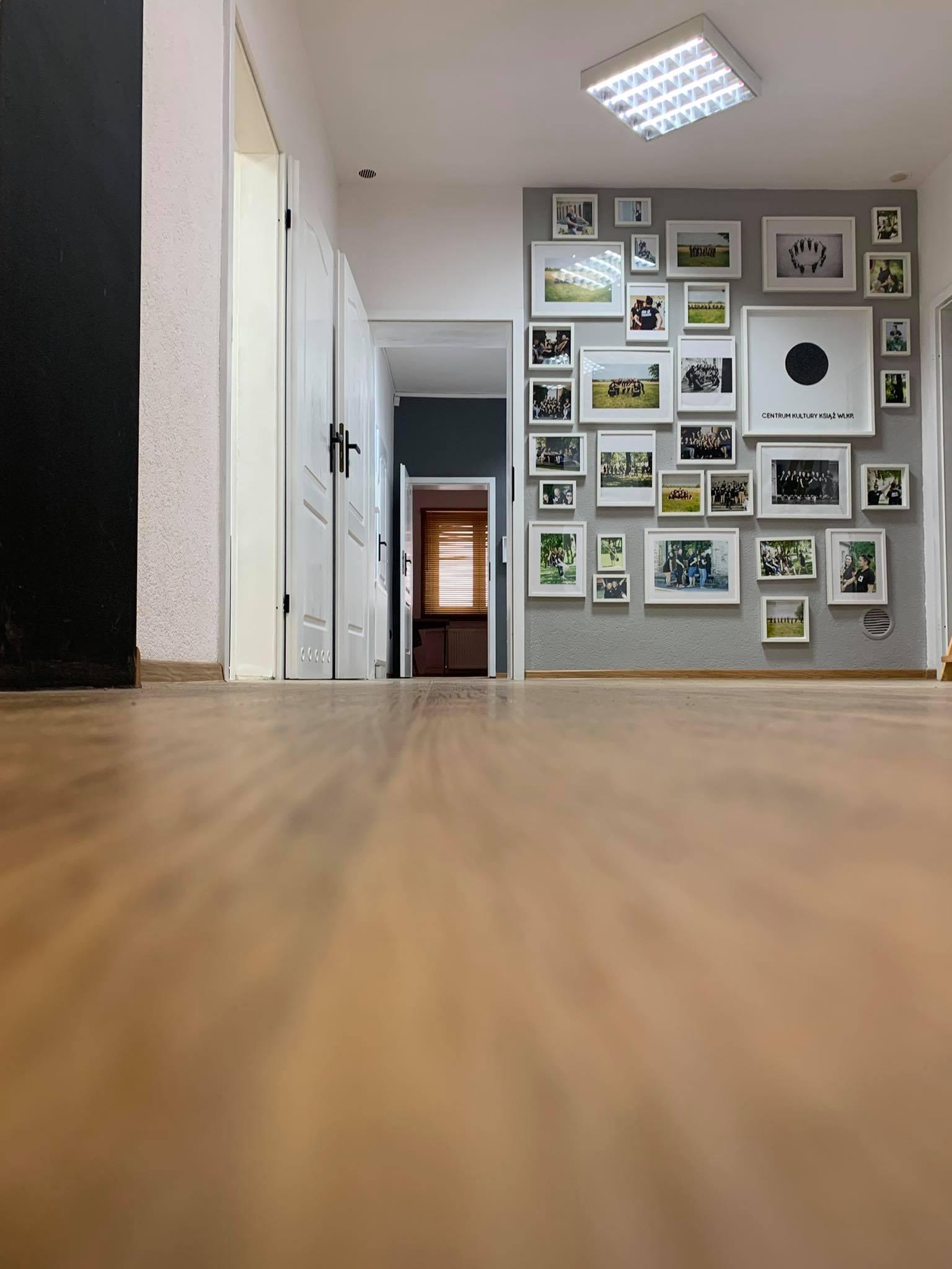 obrazek korytarz i obrazami na ścianie