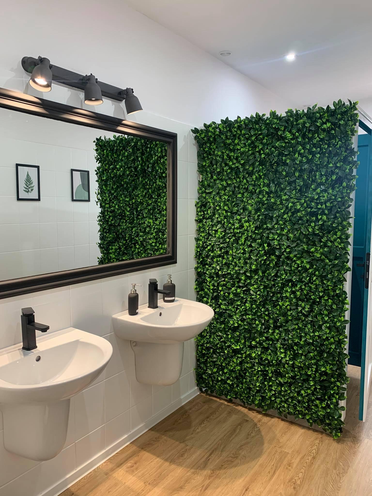 obrazek przedstawia wnętrze męskiej toalety
